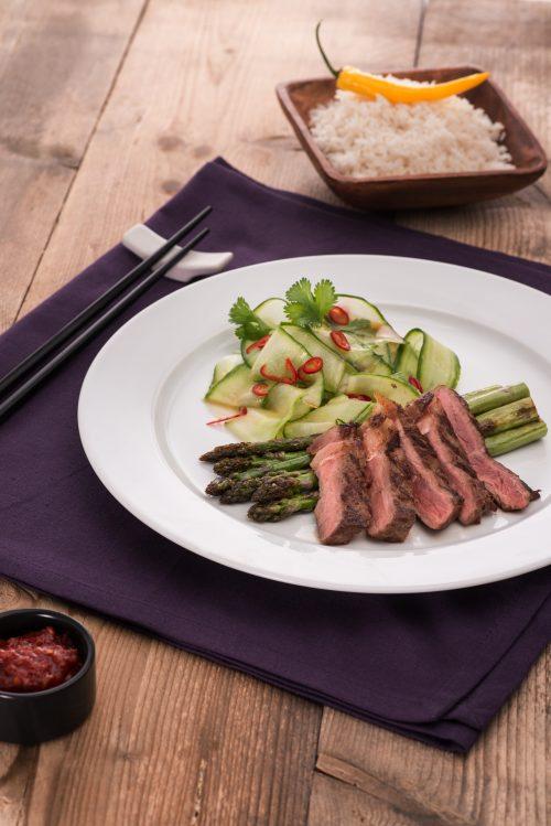 rumpsteaks-mit-gruenem-spargel-und-asiatischem-gurkensalat