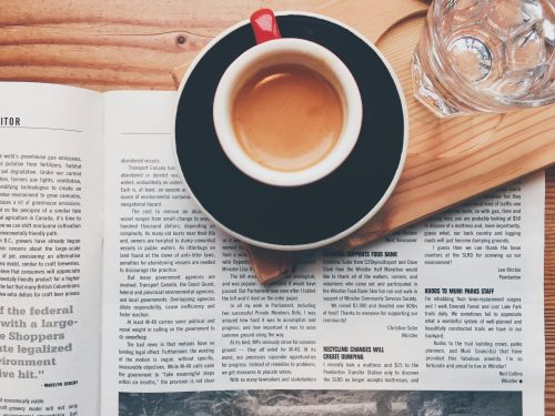 Kaffeepause mit Zeitung